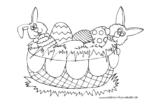 Osterkorb mit bunten Ostereiern und Osterhasen