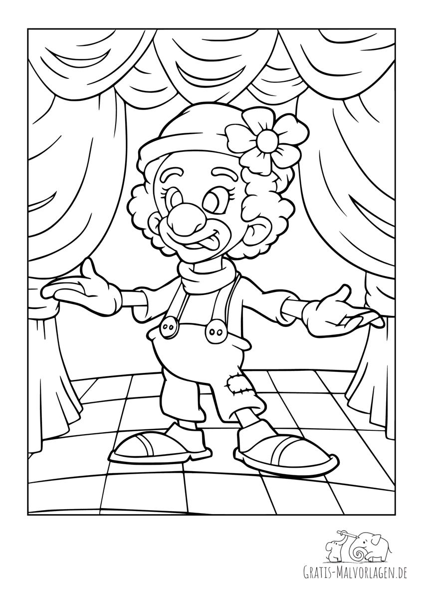 Clown mit Blume am Hut steht auf der Bühne mit Vorhang